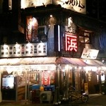 Uogashisakabaekimaehamaken - 周囲は真っ暗なのに、ココだけ煌々と~