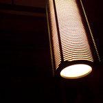 日本料理 時宜 - このライト一つで机を照らします。。暗い
