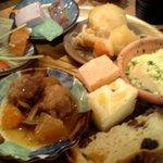 食彩健美 野の葡萄 - 刺身蒟蒻&海草の寒天寄せ&イチゴ豆腐&野菜のテリーヌ&肉じゃが&茶碗蒸し&蒸しパン&牛の角煮