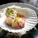 アルテリーベ - 帆立と真蛸のセビーチェ、ハイビスカスとバジルの香り