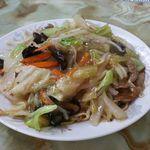 玉蘭 - 野菜餡かけ乾麺 800円。食感は、柔らかい餡かけ焼きそばのような感じです。麺は茹でた後、ガンメン(油そばのようなもの)用のタレを絡ませた後、仕上げに塩味の野菜の餡をかけ完成。台湾の香辛料が良いです。