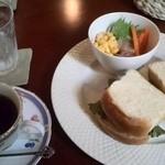 緑蔭洞 - サラダはフルーツ使ったドレッシングにサンドは特製パンで中身は聞いてみてー