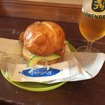 マイマイ - 直島バーガーにアボカドトッピング フライはサクサク、お魚は新鮮でタルタルソースが合います