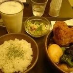 ヴァサラロード - 骨無しチキンと野菜 +チーズモチ+プレーンラッシー