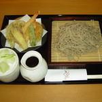 手打蕎麦 万江波良 - 天ぷらせいろ(\1,100)蕎麦はもちろん美味しいですが、天ぷらがとても上手に揚がっています。
