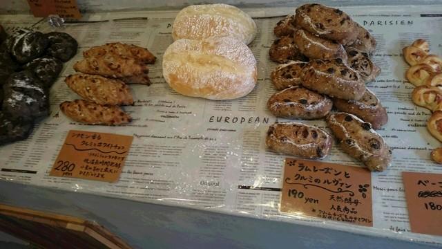 ラ ブーランジェリー オーベルジュ - 真ん中は白いハイジパン