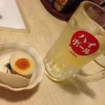 トラノコ - ハイボール100円税別 お通しの煮卵