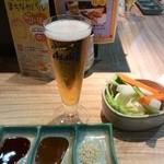 41915415 - バルメニューから、生ビール小と野菜(2人分)
