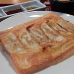 41916217 - 羽根つき餃子