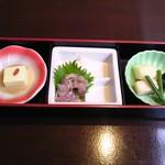 ホテル&スパ アンダリゾート伊豆高原 - 朝食はビュッフェの前に先ず突き出しが出てくる。なんだか朝から呑みたくなる品揃え。