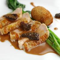 ブラッスリー ポール・ボキューズ 銀座 - ホロホロ鳥フィレ肉のロースト モリーユ茸のソース