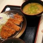 松乃家 - ロースカツ定食に豚汁に変更していただきました。 味は…普通においしいけど私はキャベツにかけるにんじんドレッシングが一番好きでした! 昼時だったので食券購入に混んでてゴチャゴチャしてました‼