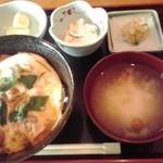 Higashiyamatorihachi - 親子丼 950円(税込)(2015年9月2日撮影)