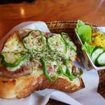カフェアカリヤ - 料理写真:塩豚チーズトースト(B)岩塩 (マヨネーズソース、モッツアレラ・ゴーダチーズ)