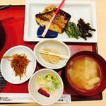 41931614 - 日替わり小鉢・本日のお漬物・お口直しのデザート・お味噌汁・ごはん