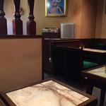 くろんぼ - 店内はカウンター席とテーブル席