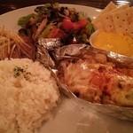Cafe Chillax - サーモンとキノコのチーズ焼き、ローストビーフ、サラダ