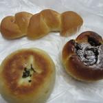 パンの店 スワンベーカリー - 料理写真:この中から車の中で食べるランチ用のパンを3つ買って帰りました。