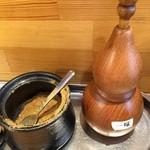 麺屋 遊助 - 魚粉と一味。