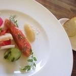 ファームレストラン クオーレ - 前菜の白糠の本マスのスモークとフォカッチャ