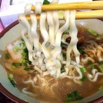 丸安そば - お出汁の味は濃いめで、この豚骨と鰹出汁のスープが本当に好き!ヽ(*´▽`*)ノ                                 これを食べると、沖縄きたー!って感じ!                                 麺は中太ちぢれ麺。スープに絡んでほんとに美味しい。