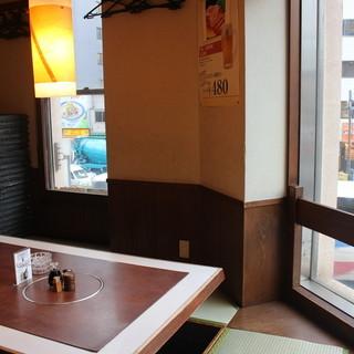 大きな窓から望める浜松町の夜景掘りごたつの個室。