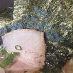 博多無邪気 - 野菜だけではなく、海苔3枚とチャーシュー1枚も入ってます。