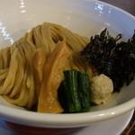 らーめん 吉田商店 - 太い棒麺に味がしっかりついた太いメンマや鶏だんご、海苔、ほうれん草が添えられています