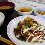 おかず厨房 - 鶏と野菜のバジル炒め(日替わりランチ)