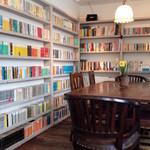 ガトー アズール - 内観写真:本の空間