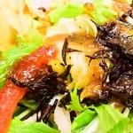 華屋与兵衛 - 野菜天重のサラダ