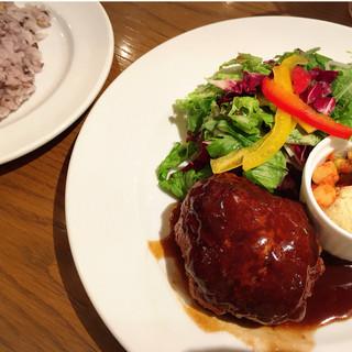 ブー ジュニア - 【ランチ】手ごねハンバーグプレートランチ サラダと、十六穀ライスつき