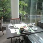 41987223 - お庭を眺めながらの朝食