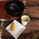 焼肉明洞 - ビビンバ完食、デザートのオレンジとセルフのミルクコーヒー