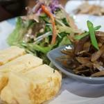 マウナラニカフェ - ワンプレートに、だし巻き卵、きんぴらごぼうの小鉢、野菜サラダが載っています
