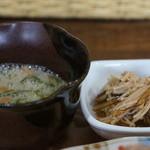 マウナラニカフェ - 別に小鉢2つ、小粒納豆と、めかぶの千切りを和えた、ネバネバの一品と、えのきの佃煮