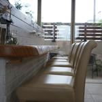 マウナラニカフェ - 5人掛けのカウンター席も、なかなか居心地よさそうです