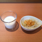 AYUMUNYA - ヨーグルトとサラダ