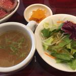 アマカラホール - セットのサラダとスープと漬物