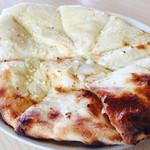 カマル - ガーリックチーズ ナン