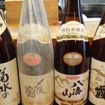 ひよし - ドリンク写真:常に冷蔵庫にてお呼びがかかるのを待ってます。新潟から菊水 〆張り鶴 八海山 塩釜から浦霞です。冷酒の土俵入りとなります。