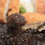 タイガー軒 - チキンカツはあっさりした味わい。 この謎の黒ルーソースに浸けて初めて、白ご飯の友に変身します。