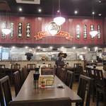 タイガー軒 - 広くキレイな店内。 後から調べると、紅虎餃子房他多くのレストランチェーンを手掛ける際コーポレーションの傘下だったのですね。