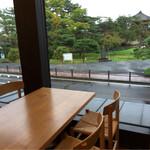 松華堂菓子店 - ゆっくり座りながら松島の風景が楽しめます。
