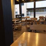 松華堂菓子店 - 木のぬくもりが感じる店内。