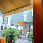 41997412 - 雨の日は屋内テーブルで。