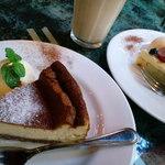 41997435 - ケーキセット。ケーキはベイクドチーズケーキ。