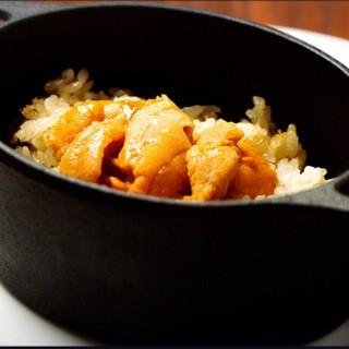 人気の生ウニと蟹の焼き飯