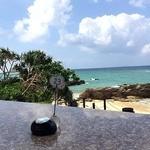 ダイヤモンドブルー - 長い石のテーブル、ど真ん中の特等席に通してもらえましたヽ(*´▽`*)ノ                             ピンポンもあります。                             ほんっとすぐ目の前に広がるコバルトブルーの海。恩納の海は色が本当にきれい。