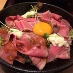 肉めしや - 熟成ローストビーフ丼 830円